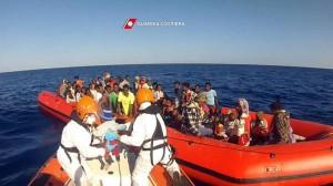 migranti salvati su un gommone guardia costiera