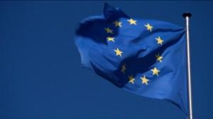 bandiera-dellue-unione-europea-svolazzare-cielo-azzurro