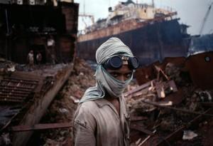 Un giovane demolitore navale di un arsenale di Bombay. India 1994
